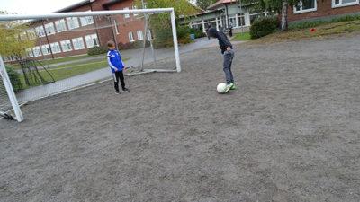 Elever som spelar fotboll.