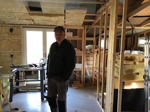 Peter står i sin stuga.