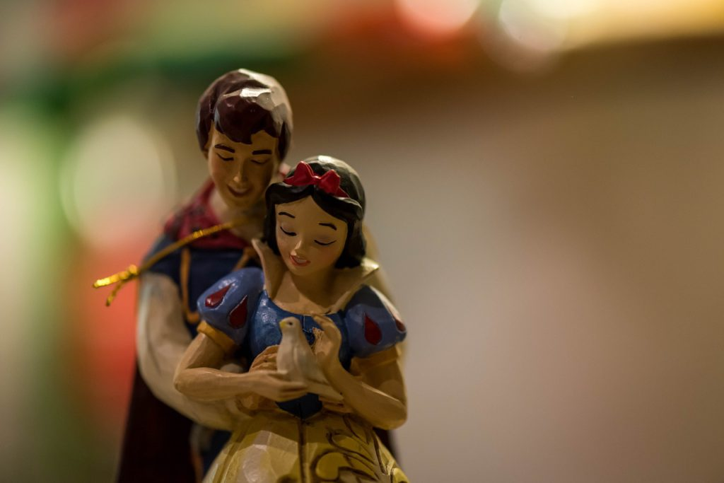 """Bild på en liten träfigur som föreställer snövit och prinsen från filmen """"Snövit och de sju dvärgarna""""."""