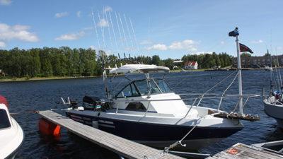 Foto på båt vid en brygga