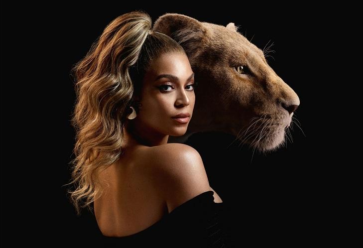 Beyonce står med ryggen till hälften vänd mot kameran. Hon ser väldigt snygg ut i svagt ljussken och med en tofs högt upp på huvudet. Bakom henne syns det animerade lejon som hon gör rösten till.
