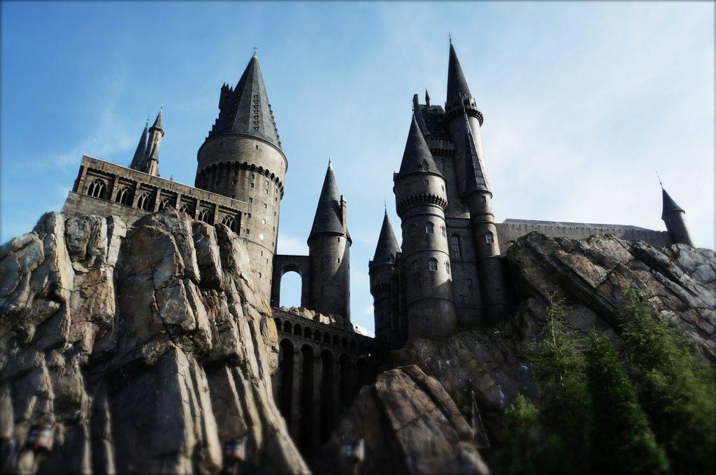 Hogwarts slott tornar upp sig uppe på några klippor.