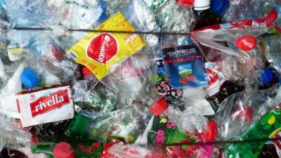 Fullt av plastflaskor och annat plastskräp ligger ihop i ett myller.
