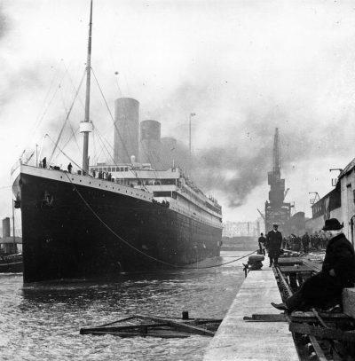 En svartvit bild på Titanic i hamnen
