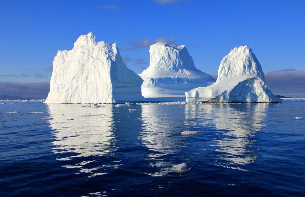 Ett isberg ute i vattnet