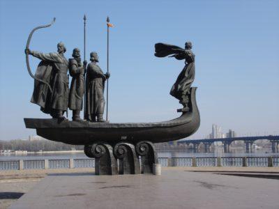 En staty på ett vikingskepp med vikingar