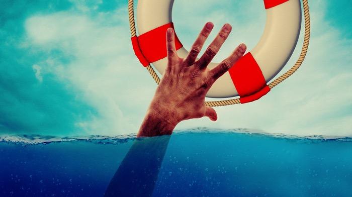 hand sträcker sig mot livboj