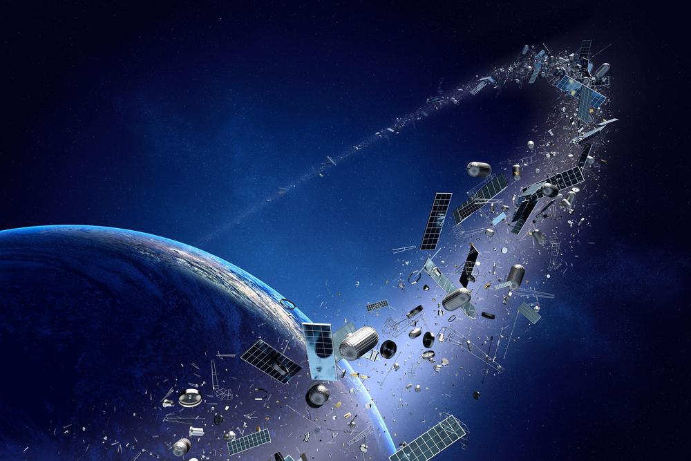 En bild på jorden från rymden. Runt jorden åker massa skrot.