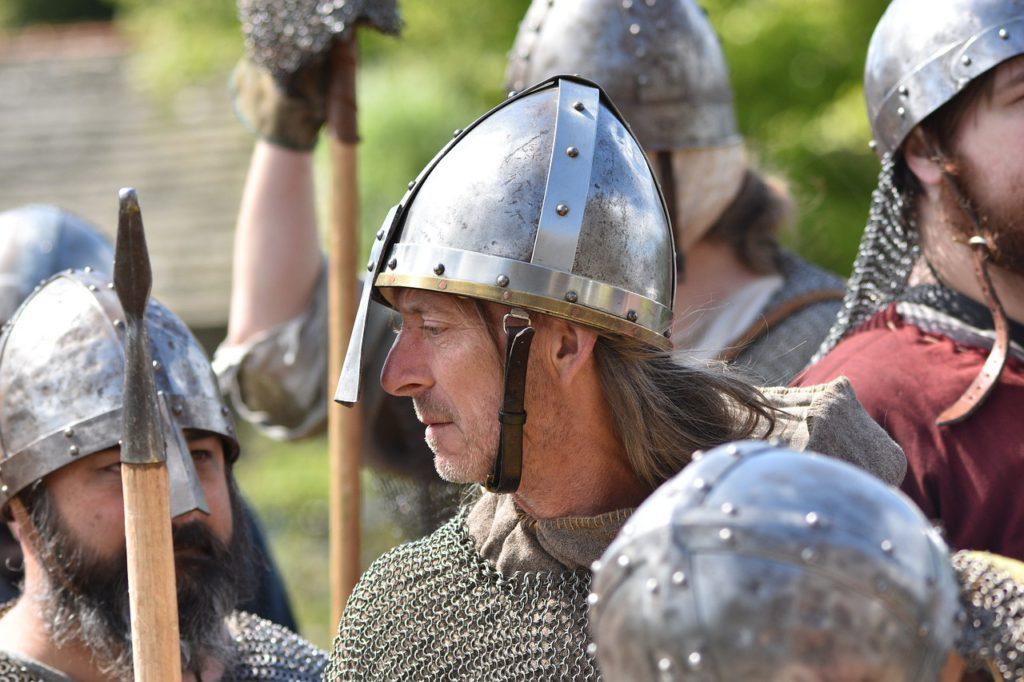 Vikingar med järnhjälmar