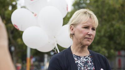 Margot Wallström står framför vita och röda Socialdemokrat-ballonger