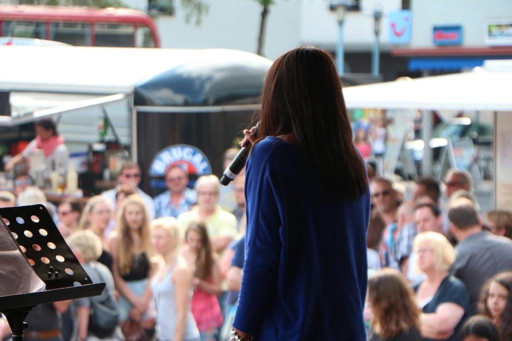 En person som står på scen framför en publik