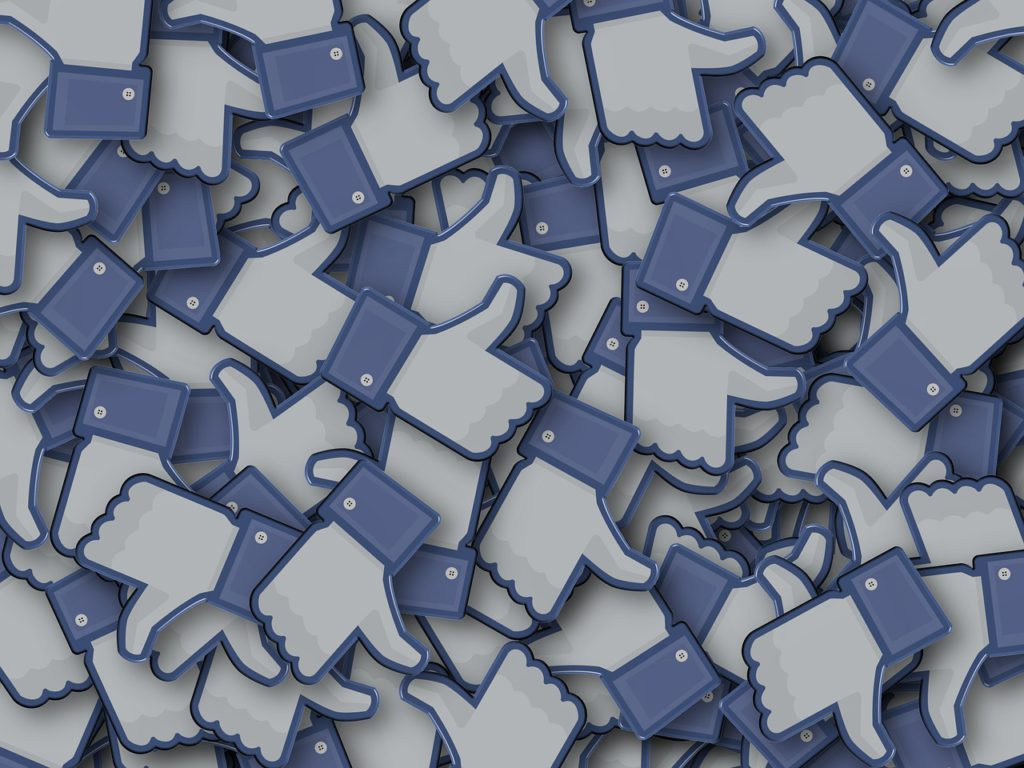 En stor hög med facebook gilla-tummar