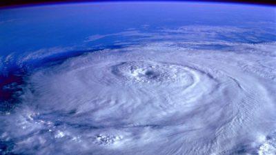 En bild på en orkan från rymden