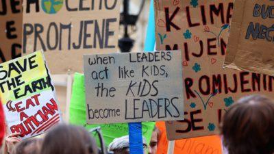 skyltar från en klimatstrejk.