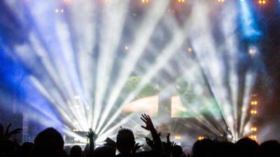 En konsert med en scen bakom ett stort publikhav