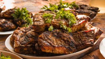 Köttbitar på en tallrik med persilja på