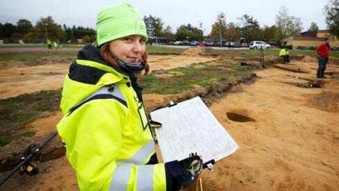 Catherine Andersson Färnsström står framför platsen där utgrävningarna skett.