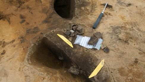 Ett hål i marken efter att man grävt.