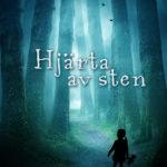 En silhuett av ett barn i en mörk skog