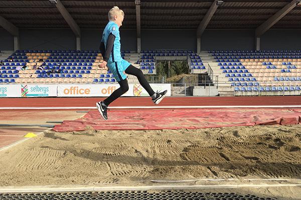 Noah Käck hoppar.