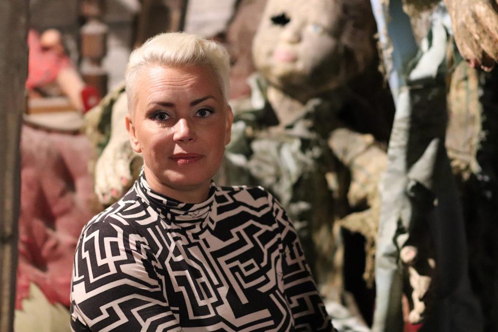 Sandra Leiknes framför läskiga dockor