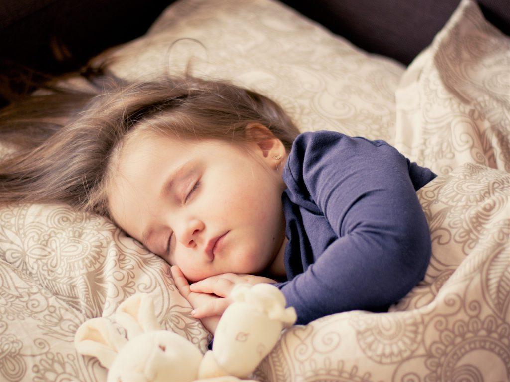 Ett barn som sover