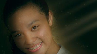 Glad flicka med tandställning.