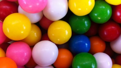 Godisbitar i olika färger.