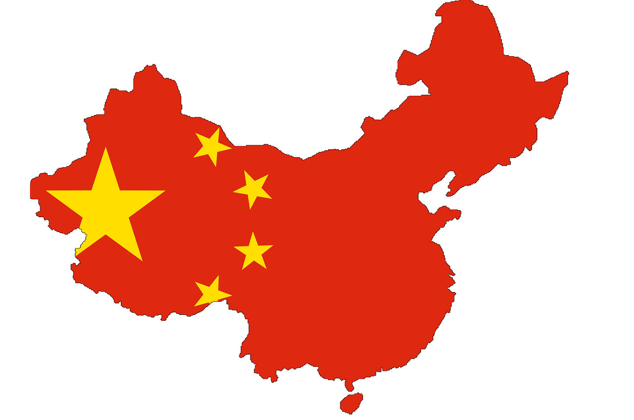 Landet Kina på en karta med Kinas flagga
