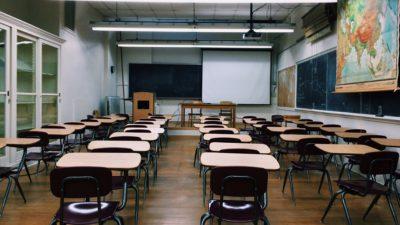 Ett tomt klassrum med skolbänkar.
