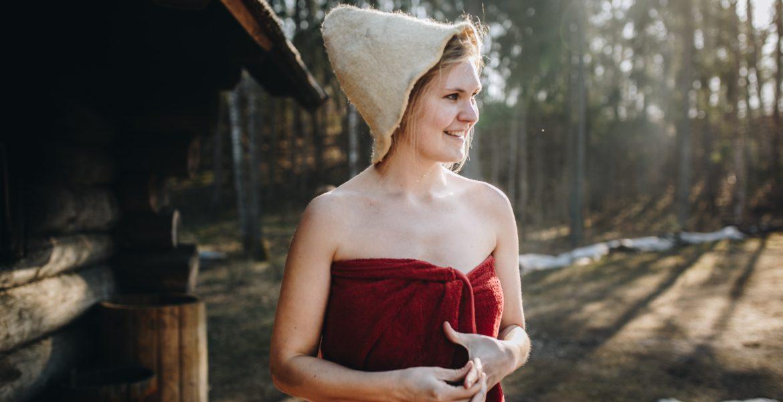 En vinterbadare utomhus i handduk.