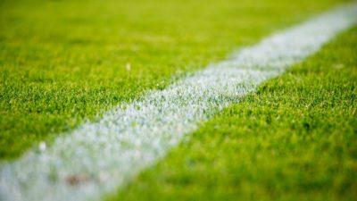 En fotbollsplan utan människor.