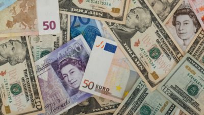 Pengar i olika valutor, bland annat euro, dollar och pund