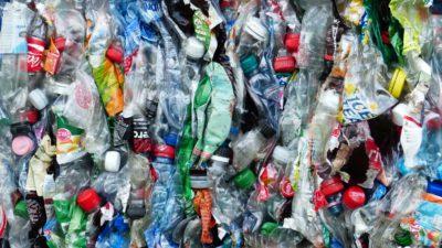 Återvunna flaskor som ska återvinnas.