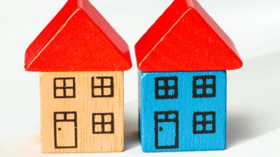 Två hus byggda av leksaksklossar.