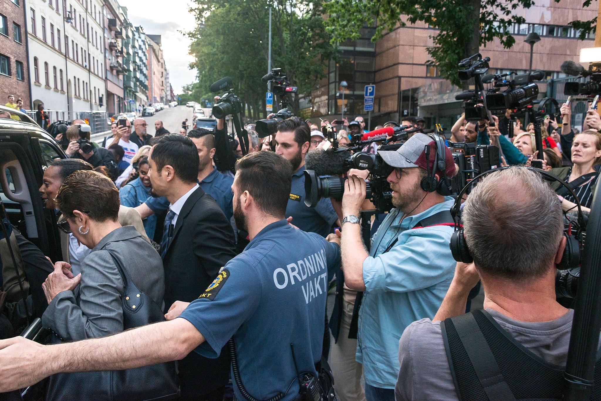 Många journalister när ASAP Rocky släpps fri