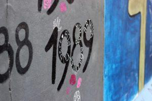 """En bit av berlinmuren där någon har klottrat """"1989"""""""
