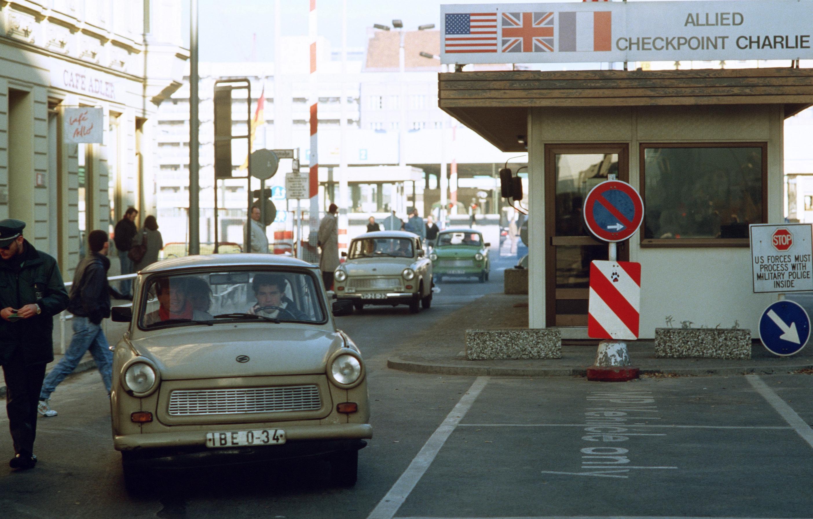 Bilar kan åka från öst till väst för första gången sen muren byggdes.