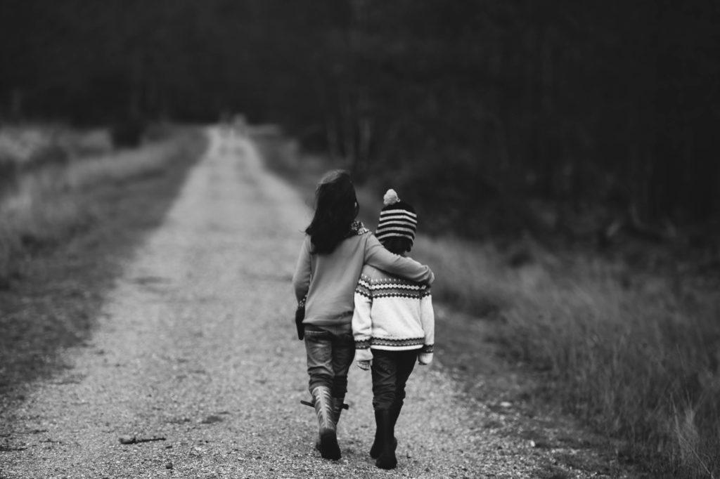 Ett barn håller om ett annat barn.