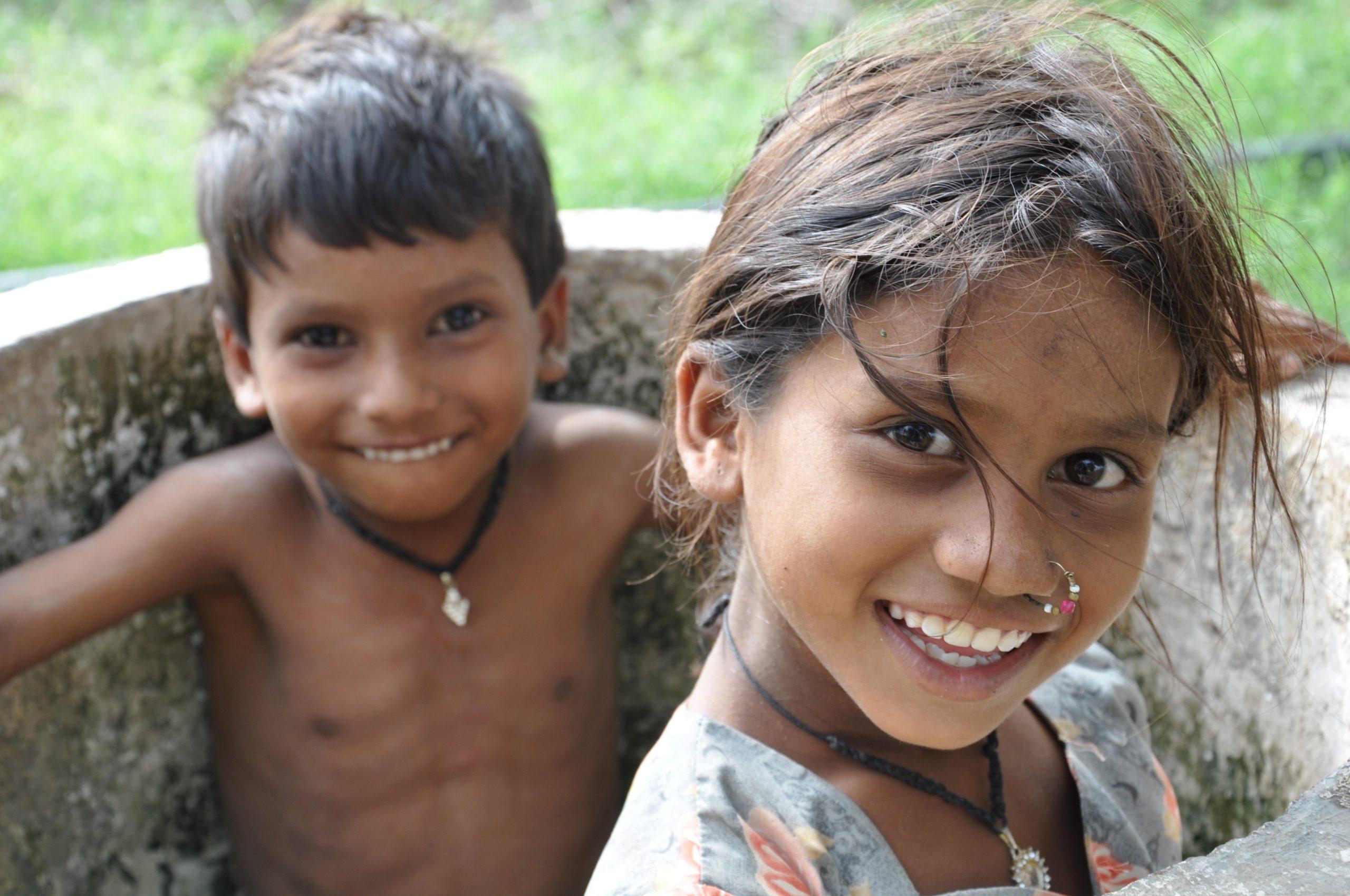 En pojke och en flicka som skrattar.