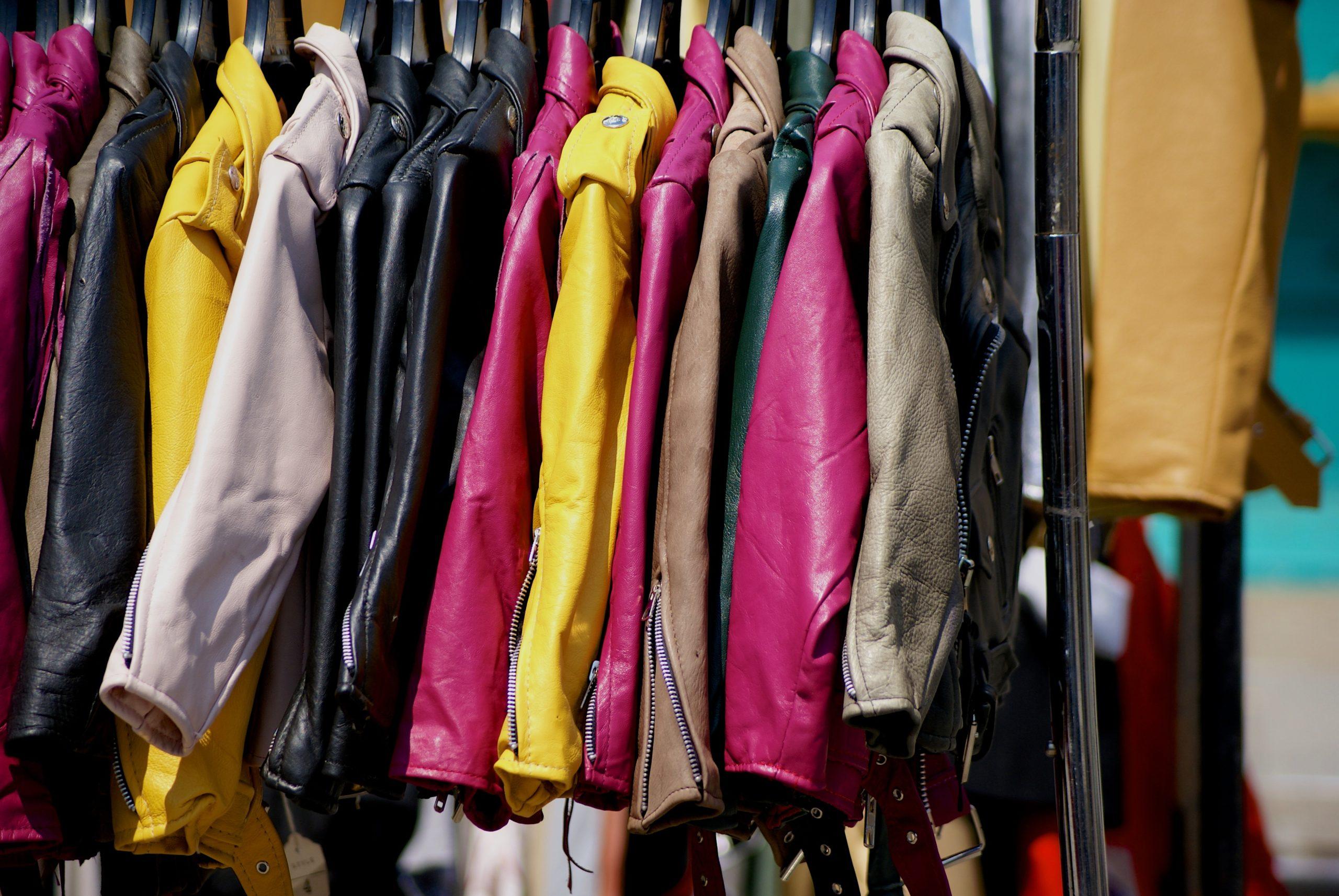 Jackor som hänger i en affär.