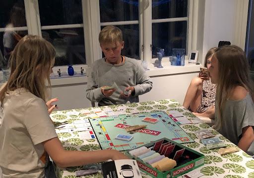 Mormor och hennes barnbarn spelar monopol