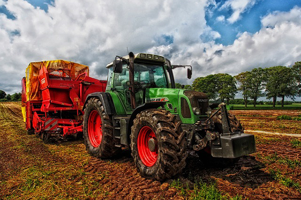 Foto på en traktor på en åker.