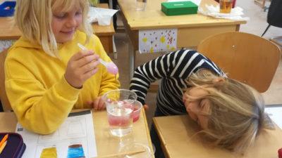 Foto på Linnea och Dante i klassrummet.