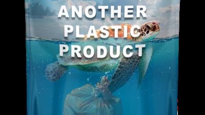 Skäldpadda simmar i havet med en plastpåse under sig.
