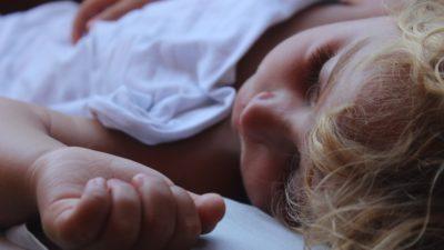 Ett sovande barn.