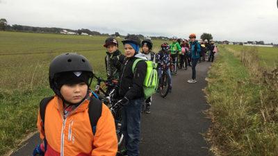 Elever på cyklar.