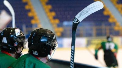 Foto från läktaren på en hockeymatch.