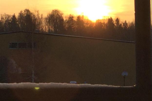 Foto på ett vinterlandskap genom ett fönster.
