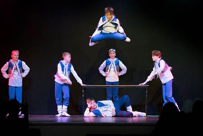 Foto på dansgruppen Younost när de framför en av sina traditionella danser.